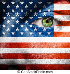La bandera pintada en la cara con el ojo verde para mostrar el apoyo de EEUU