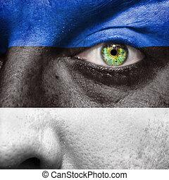 La bandera pintada en la cara con el ojo verde para mostrar el apoyo de Estonia