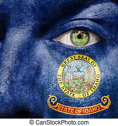La bandera pintada en la cara con el ojo verde para mostrar el apoyo de Idaho