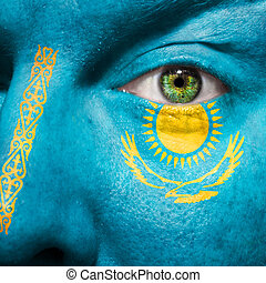 La bandera pintada en la cara con el ojo verde para mostrar el apoyo de Kazajstán