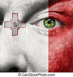 La bandera pintada en la cara con el ojo verde para mostrar el apoyo de Malta