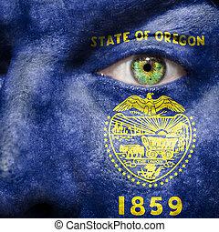La bandera pintada en la cara con el ojo verde para mostrar el apoyo de Oregon