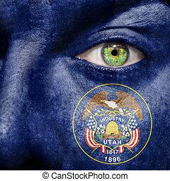 La bandera pintada en la cara con el ojo verde para mostrar el apoyo de Utah