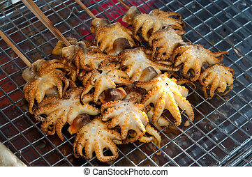 La barbacoa de mariscos de calamar asado en horno de carbón