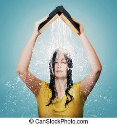La Biblia con agua cayendo sobre la cabeza de la mujer.