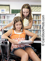 La biblioteca de la escuela, estudiar