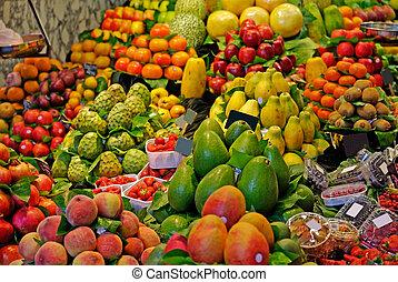 La boqueria, frutas. El famoso mercado de Barcelona, España. Concentración selectiva.