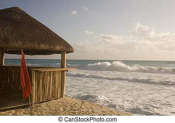 La cabaña de playa y el mar tormentoso
