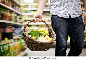 La canasta rellenó comida sana