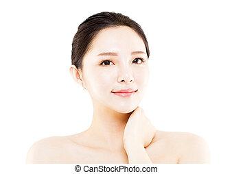 La cara de una joven de primer plano aislada en blanco