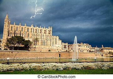 La catedral de Palma antes de la tormenta