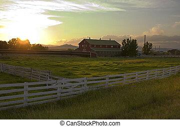 La cerca del campo y el rancho