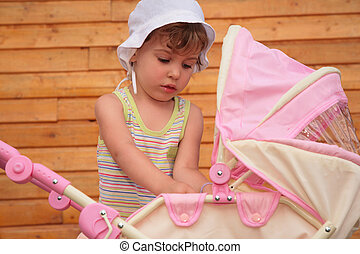 La chica con el carruaje de los niños