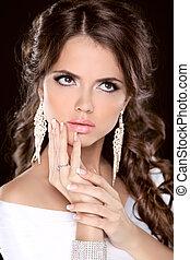 La chica de la moda de belleza morena modelo de retrato. Maquillaje. Estilo de pelo. Joyas. Foto de estudio