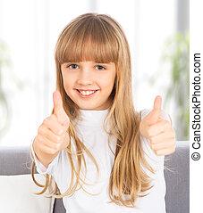 La chica feliz muestra un pulgar arriba