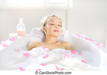 La chica se relaja en el baño