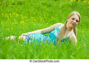 La chica se relaja en la hierba
