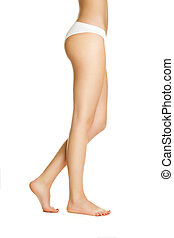 La chica sexy muestra piernas bonitas y largas