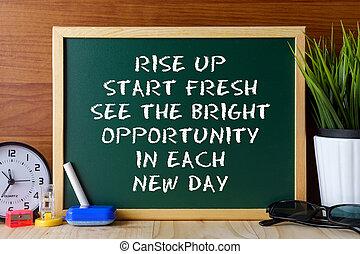 La cita de palabras comienza a brillar y ve la oportunidad brillante en cada nuevo día escrita en una pizarra verde en una mesa de madera.