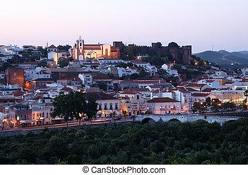 La ciudad está llena de castillos al atardecer, algarve portugal