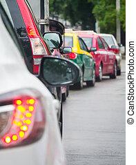 La cola del auto en la carretera de tráfico