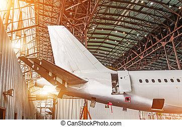 La cola del avión en el hangar, mantenimiento del avión.