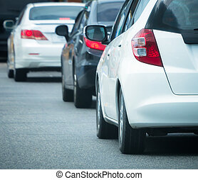 La cola del coche en el camino de tráfico malo