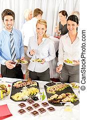 La compañía se reúne con gente de negocios que come