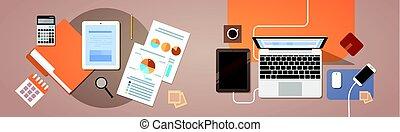 La computadora portátil de tablet con documentos de papel reporta gráfico financiero