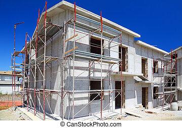 La construcción de una nueva casa de hormigón blanco de dos pisos con escaleras y balcón