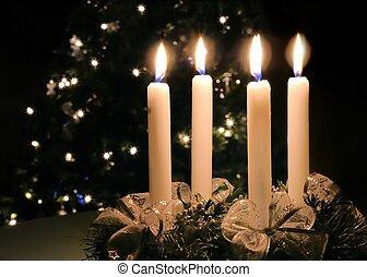 La corona navideña con velas encendidas