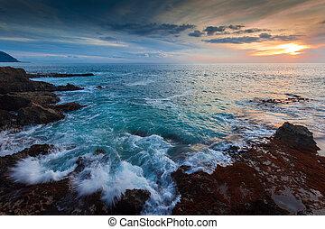 La costa de Hawaii al atardecer