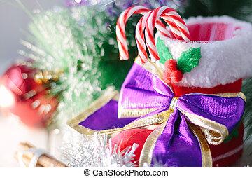 La decoración de Navidad blanca con la bota roja de Santa y bastones de caramelo dentro.