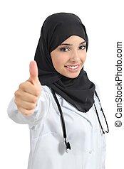 La doctora árabe está de acuerdo con el pulgar hacia arriba