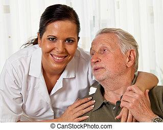 La enfermera cuida a los ancianos en asilos