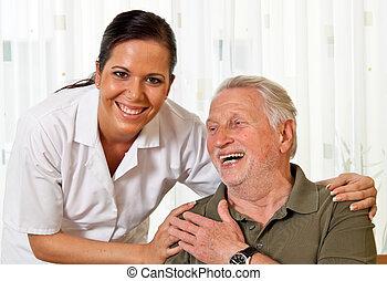 La enfermera cuida a los ancianos