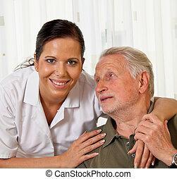 La enfermera de ancianos cuida a ancianos en asilos
