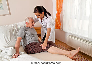 La enfermera de edad cuida a los ancianos