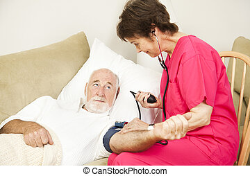 La enfermera de la casa toma presión sanguínea