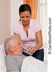 La enfermera en edad de cuidar a los ancianos altenhei
