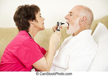 La enfermera forense examina la garganta
