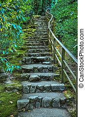 La escalera de piedra japonesa del jardín