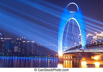La escena de la noche del puente con luz