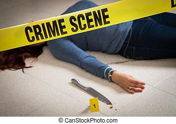 La escena del crimen con una mujer muerta