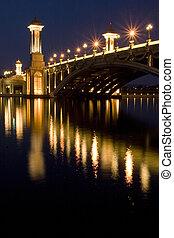 La escena nocturna de un puente en Putrajaya, Malaysia