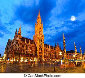 La escena nocturna del ayuntamiento en Munich