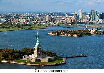La estatua de la libertad en el puerto de Nueva York