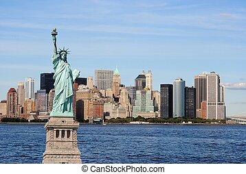 La estatua de la libertad y el horizonte de la ciudad de Nueva York