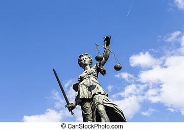 La estatua de la señora justicia en Frankfurt, Alemania