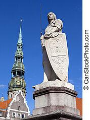La estatua de St. Roland y la iglesia de St. Peter en riga